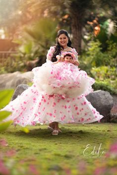 Gorgeous mom with her beautiful daughter in matching dresses playing and having fun in the garden. Mom Daughter Matching Dresses, Mom And Baby Dresses, Kids Party Wear Dresses, Baby Girl Dress Patterns, Mom Dress, Dresses Kids Girl, Baby Girl Party Dresses, Birthday Frocks, Baby Girl Birthday Dress