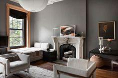 El salón del apartamento de Tom Delavan con sillones de Milo Baughman, en Thayer Coggin. La cama con manta de Ochre y la mesita negra son de...