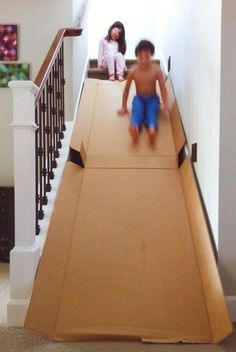 Cardboard stair slide Why didn't we ever think of that? or just do it simply by sitting on a cardboard box and slide down on top of the stairs.- Less cardboard. Kids Crafts, Projects For Kids, Diy For Kids, Cool Kids, Diy Projects, Kids Fun, Forts For Kids, Stair Slide, Diy Slides