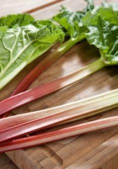La rhubarbe: origine, conseils d'achat et de préparation Fresh Fruits And Vegetables, Vegetable Garden, Gardening Tips, Planters, Simple, Churros, Homestead, Dessert, Deco