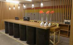 Ambientes ganharam paredes de madeira e objetos em tons de preto e amarelo; veja o antes e depois Garage Furniture, Barrel Furniture, Jerry Can Mini Bar, Mini Cafe, Outdoor Kitchen Patio, Shelter Design, Rustic Office, Recycled Furniture, Shop Interiors
