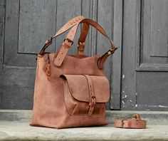handgemachte+lederne+Handtasche+mit+langen+Riemen+von+LADYBUQ+ART+STUDIO+auf+DaWanda.com