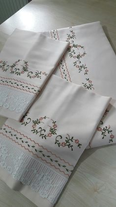 This Pin was discovered by Hg. Crochet Tablecloth, Heirloom Sewing, Bed Covers, Bed Spreads, Bed Sheets, New Work, Bedding Sets, Machine Embroidery, Embroidery Designs