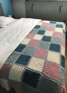 Crochet 1 color grannies with gray background chunky blanket free crochet crochet pattern Crochet Afghans, Baby Boy Crochet Blanket, Crochet Quilt, Afghan Crochet Patterns, Crochet Home, Crochet Granny, Knit Crochet, Crochet Doilies, Knitted Blankets