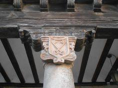 Las llaves del cielo en un capitel de la casa de la Plaza del Mercado o del Trigo que fue sede del Cabildo de Curas de Atienza