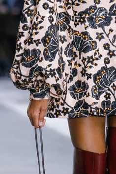The complete Giambattista Valli Fall 2018 Ready-to-Wear fashion show now on Vogue Runway.