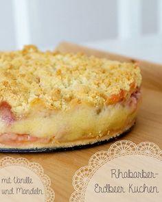 Tassenkuchen - Bäckerei: Rhabarber-Erdbeer Kuchen mit Puddingcreme und Mandelstreuseln