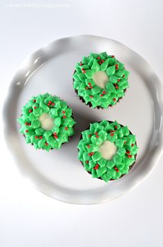 Christmas Wreath Cupcakes yes my friend is so talented!!