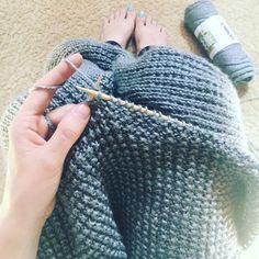 Usate una lana merino( morbida e antiallergica) Ferri circolari n. 5 lunghi 90 cm le misure della copertina sono 100 x100 centimetri (quindi è quadrata) Abbreviazioni ..in inglese,vi possono esser…
