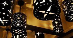 Lámparas de techo elaboradas a partir de latas taladradas.