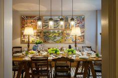 Decoração de apartamento clássico. Na sala de jantar mesa de jantar de madeira, cadeira de madeira, pendente e cristaleira de madeira.