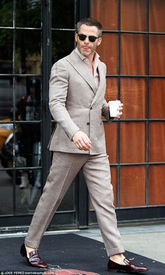 Chris Pine leaving his hotel to promote Wonder Woman in New York. Mens Tailored Suits, Mens Suits, Mens Fashion Suits, Fashion Outfits, Men's Street Style Photography, Moda Formal, Beige Suits, Man Dressing Style, Designer Suits For Men