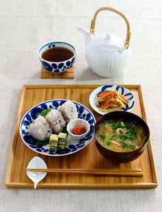 おにぎりプレート Japanese Dishes, Japanese Table, Japanese Food, Cute Food, Yummy Food, Clean Recipes, Healthy Recipes, Food Gallery, Bento