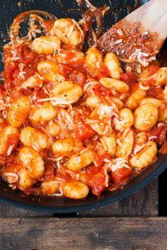 Gnocchi mit Tomatensauce und Mozzarella. Dieses 1t-Minuten Rezept ist einfach und UNGLAUBLICH gut - Kochkarussell.com