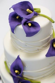 So beautiful :) calla lily purple wedding cake Lys Calla, Purple Calla Lilies, Calla Lily Cake, Purple Lily, Purple Roses, Yellow Flowers, Pretty Cakes, Beautiful Cakes, Decorated Cookies