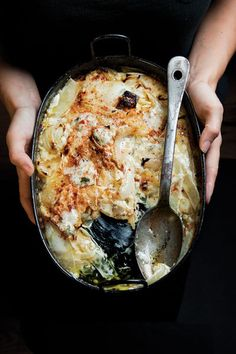 Creamed Onion Gratin WE ALSO RECOMMEND Dolma Mahshi (Iraqi Stuffed Onions - Sweet, translucent roasted onions marry beautifully with the béchamel and Gorgonzola in this rich casserole. Potluck Recipes, Side Dish Recipes, Cooking Recipes, Cooking Kale, Easy Recipes, Potluck Meals, Potluck Dinner, Gourmet Cooking, Gastronomia