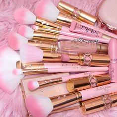 Makeup Coupons these Makeup Brushes Gift Set - Girly - Maquillage Makeup Room Decor, Makeup Rooms, Pink Makeup, Cute Makeup, Tout Rose, Unicorn Makeup, Pinterest Makeup, Girly, Aesthetic Makeup