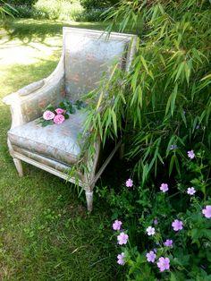 Un fauteuil Louis XVI au milieu des bambous