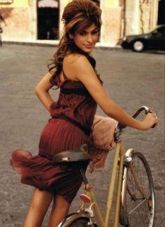 Eva Mendes sur un vélo !