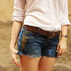Create your summer festival shorts jeans with sand paper, studs and patches. Tutorial in English and Spanish.