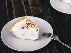 An easy pie made with a no-cook whipped cream filling and slices of banana and toasted almond for texture. Easy Banana Cream Pie, Baking Recipes, Dessert Recipes, Saveur Recipes, Fall Desserts, Chocolate Pie With Pudding, Chocolate Pies, Summer Pie, Blackberry Recipes