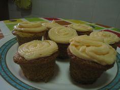 Cupcakes con frosting de queso philadelphia y colorante.