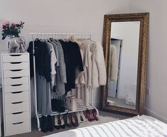 Arara de roupa #ArmarioSemPortas #Closets #AraraDeRoupa #MJ http://mundodemj.blogspot.com.br/2016/09/armario-sem-portas-dicas-opcoes-e-diy.html