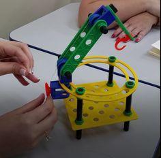Curioso dispositivo de elevação criado em oficina criativa realizada em Erechim RS com acionamento por giro de uma direção circular. Toothbrush Holder, Robot, Diy, Officine Creative, Creativity, Craft, Bricolage, Do It Yourself, Robots