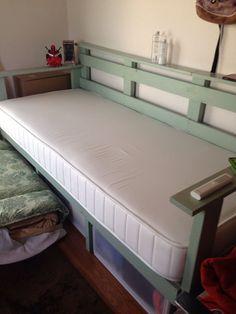 狭いワンルームで暮らし始めた大学生の娘に、ベッド兼ソファーをDIY