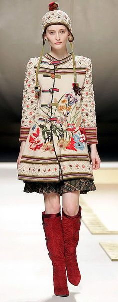 Beautiful coat by Kenzo Folk Fashion, Knit Fashion, Winter Fashion, Mein Style, Knitted Coat, Folklore, Knitwear, Stylish, Crochet