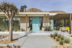 Inside A Desert Modern Home All About Fun A spin on period materials like white brick, terrazzo and bronze framing give the dwelling a contemporary look. Modern Exterior, Exterior Design, Exterior Paint, 1960s House, Mid Century Exterior, Sims, Modern Ranch, Desert Homes, Mid Century House