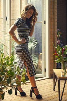 De vestido curto decotado, Paolla Oliveira passa dos limites
