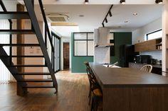 ダイニングキッチンはリビングとはもちろん、吹き抜けを通して2階とも一体感がある間取りとなっている。