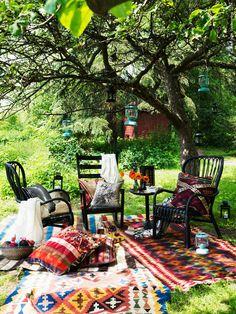 Skapa dig ett sommarvardagsrum, långt från TV och datorer! En skön blandning av mattorna PERSISK KELIM GASHGAI har fått flytta ut tillfälligt under trädet. Vi sitter i fåtöljerna STORSELE och gungstolen VÄRMDÖ, ovan hänger turkosa lyktorna MÖRKT.