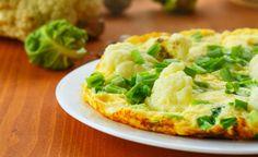 Omelete verde   O omelete verde light é uma boa opção de prato para incluir mais vegetais no cardápio. Aposte em vegetais como espinafre, escarola ou couve, por exemplo.