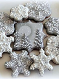 Top Holiday Cookies - Top Cakes - Cake Central - These are so very pretty! Fancy Cookies, Iced Cookies, Cute Cookies, Royal Icing Cookies, Cookies Et Biscuits, Cupcake Cookies, Snow Cookies, Cookie Cakes, Elegant Cookies