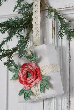 package with a crocheted flower instead of ribbon! Inspiracion ❥Teresa Restegui http://www.pinterest.com/teretegui/❥