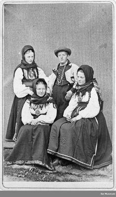 Tre kvinner i beltestakk og ein mann i gråkufte i enkeltfotoatelier. Antique Photos, Old Photos, Vintage Photos, Folk Clothing, Antique Clothing, History Of Norway, Folk Costume, Costumes, Parol