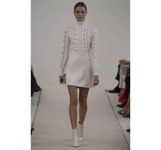 Le défilé haute couture 945 Sala Bianca de Valentino http://www.vogue.fr/mariage/tendances/diaporama/le-defile-haute-couture-945-sala-bianca-de-valentino-a-new-york-mariage-robes-de-mariee/21593/image/1122657#!25