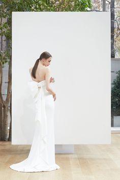 See the complete Oscar de la Renta Bridal Spring 2018 collection.