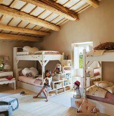 Dormitorio infantil en casa de campo con dos literas