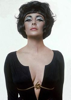 Dame Elizabeth Taylor as Cleopatra by Bert Stern, Vogue, 1962 Edward Wilding, Audrey Hepburn, Divas, Golden Age Of Hollywood, Old Hollywood, Actrices Sexy, Violet Eyes, Blue Eyes, Retro Mode