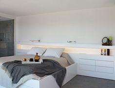 Dormitorio con cuarto de baño integrado: cabecero a medida Modern Bedroom, Headboard With Shelves, Modern Bedroom Interior, Interior Design Bedroom, Bedroom Decor, Beautiful Bedrooms, E Room, Home Decor, Headboards For Beds