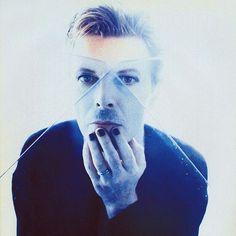 """David Bowie, photo by Enrique Badulescu, """"outside"""" album era (1995)."""