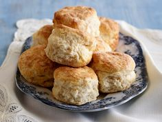 Slather biscuits in Ree Drummond's comforting, top-rated Sausage Gravy recipe from The Pioneer Woman on Food Network. Biscuit Recipe No Milk, 3 Ingredient Biscuit Recipe, Homemade Buttermilk Biscuits, Blueberry Biscuits, Flaky Biscuits, Cheese Biscuits, Cheddar Cheese, Food Network Recipes, Cooking Recipes
