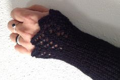 DIY: Knit arm warmers Close up of an arm with a knitted black wool arm cuff Always aspired to learn to knit, although undecided the place to b. Learn How To Knit, How To Start Knitting, Knitting For Beginners, Knitting Needles, Free Knitting, Knitting Patterns, Knit Vest Pattern, Fingering Yarn, Hobbies That Make Money