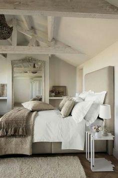 Stijlvolle #landelijke #slaapkamer met veel #accessoires. Mooie #kussens en #plaids op het bed, een zacht #vloerkleed en een grote #spiegel. #rustic #bedroom #mirror #cushions