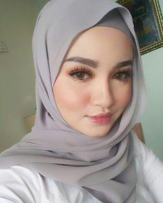 hijabi look #cumacuma Girl Hijab, Hijab Outfit, Muslim Girls, Muslim Women, Muslim Fashion, Hijab Fashion, Hijab Makeup, Eye Makeup, Ash Blonde Balayage
