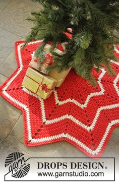 """Under the Christmas Tree - DROPS Christmas: Crochet DROPS rug with stripes and zig-zag pattern in """"Eskimo"""". DROPS design: Pattern no ee-517 Yarn group E or C + C - Free pattern by DROPS Design"""
