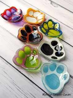 mini glass bowls with paw prints Slumped Glass, Fused Glass Plates, Fused Glass Jewelry, Fused Glass Art, Mosaic Glass, Glass Bowls, Glass Fusion Ideas, Glass Fusing Projects, Kiln Formed Glass